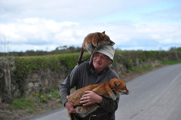Gibbons foi fotografado enquanto passeava com Grainne e Minnie em Kilkenny (Foto: Clodagh Kilcoyne/Reuters)
