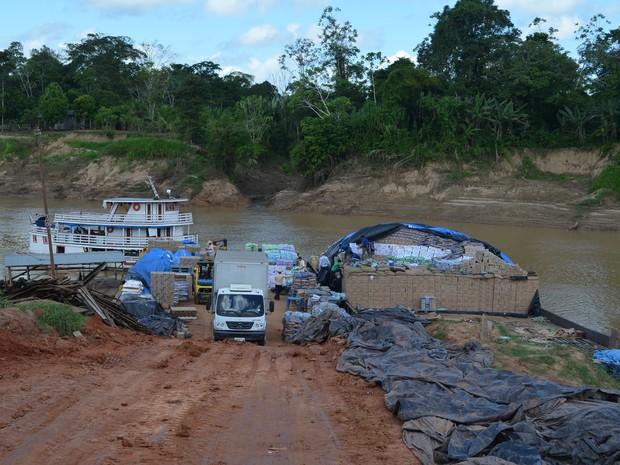 Produtos foram enviados para o Acre durante cheia histórica do Rio Madeira, em Rondônia (Foto: Denis Henrique/G1)