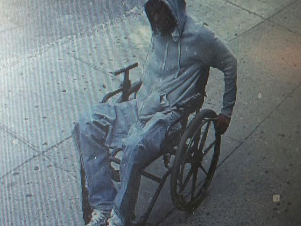 Homem em cadeira de rodas roubou banco em NY (Foto: NYPD/AP)