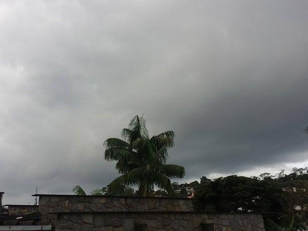 Em Nova Friburgo, céu ficou encoberto e com nuvens carregadas durante a tarde (Foto: Juliana Scarini / G1)