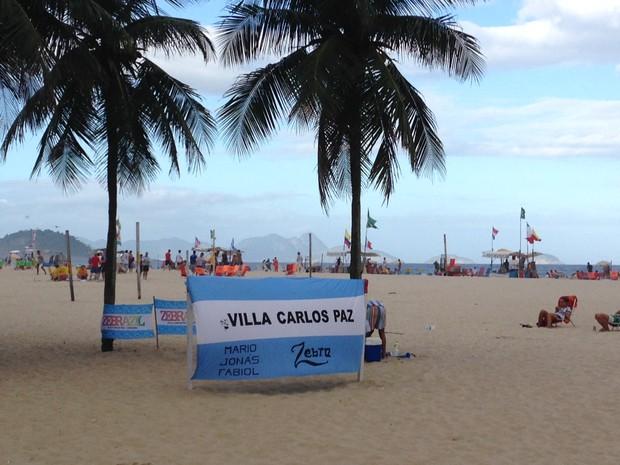 Argentinos demarcam território na areia da praia  (Foto: Káthia Mello/G1)