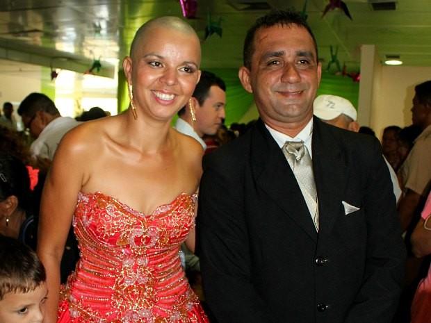 Noivos posam para fotos logo após a cerimônia de casamento (Foto: Romulo de Sousa/G1 AM)