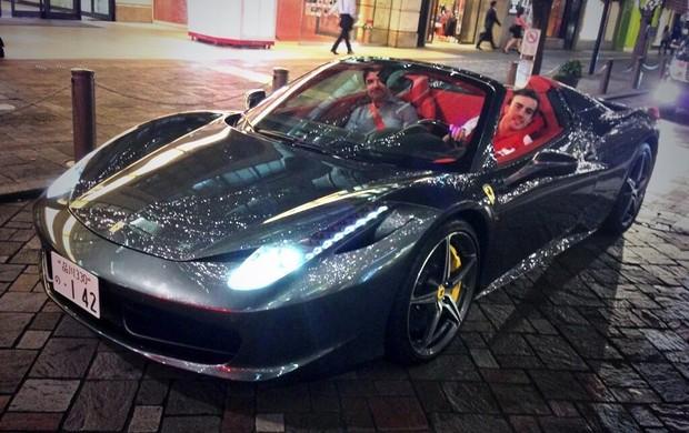 Fernando Alonso tira onda com Ferrari conversível (Foto: Reprodução/Twitter)