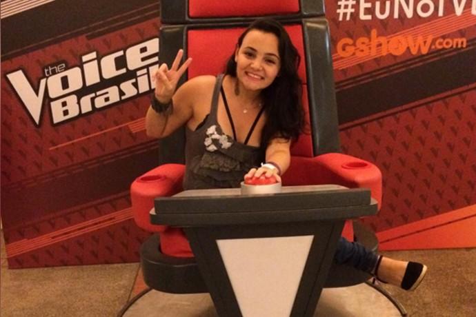 Thaisa também postou rapidinho a foto na cadeira! (Foto: Reprodução Internet)