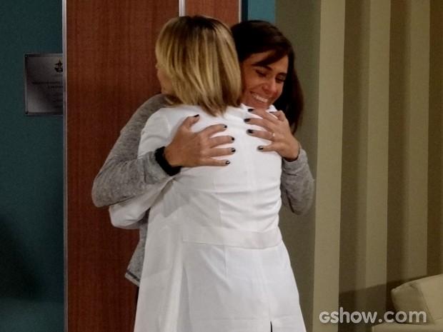 Clara fica emocionada e agradece a médica pela atenção (Foto: Em Família / TV Globo)
