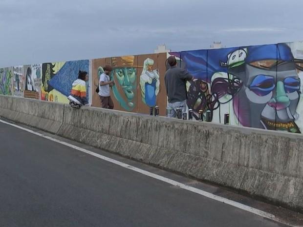 Escritores de grafite fizeram ação no 'Viaduto Inacabado'  (Foto: Reprodução / TV TEM)