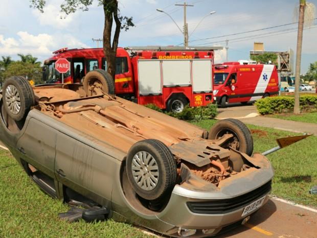 Carro capotado em via marginal da subida do Catetinho no DF (Foto: Corpo de Bombeiros/Divulgação)