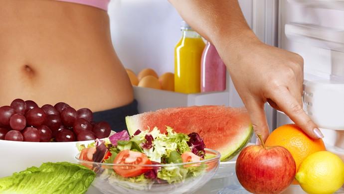 mulher geladeira frutas eu atleta (Foto: Getty Images)