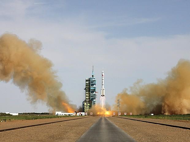 Foguete Longa Marcha 2-F levou o módulo Shenzhou-10 ao espaço com os astronautas Nie Haisheng, Zhang Xiaoguang e Wang Yaping (Foto: Reuters)
