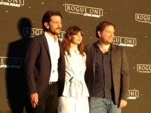 Os atore sDiego Luna e Felicity Jones e o diretor Gareth Edwards em entrevista coletiva sobre 'Rogue One: Uma história Star Wars' (Foto: Bruno Araujo / G1 )