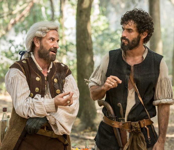 Mão de Luva e Simão conversam na mata (Foto: Felipe Monteiro/Gshow)