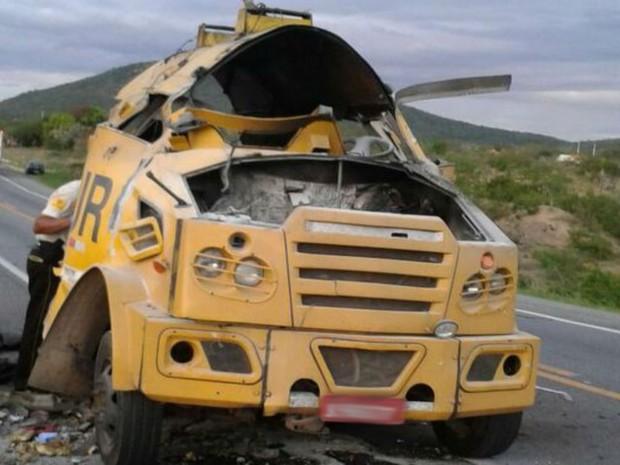 Carro-forte foi explodido por bandidos em trecho da BR-116, na Bahia (Foto: Blog do Anderson)
