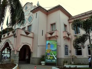 ´Sede da prefeitura já ganhou decoração com os banners (Foto: Marco Esteves/Ascom Teresópolis)