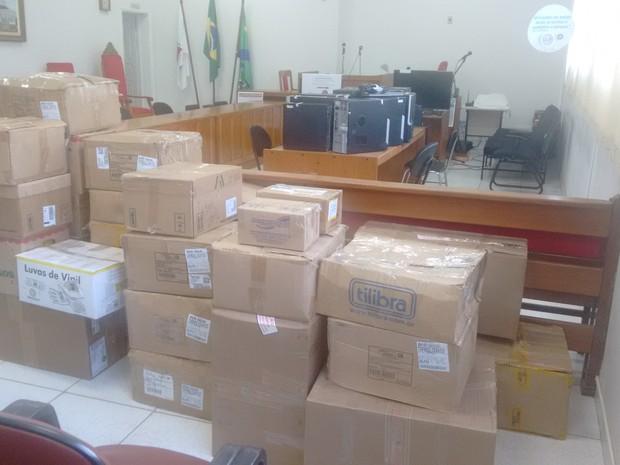Cerca de 500 quilos de documentos e 18 computadores estão apreendidos no juri do Fórum de Gunahães (Foto: Diego Souza/G1)