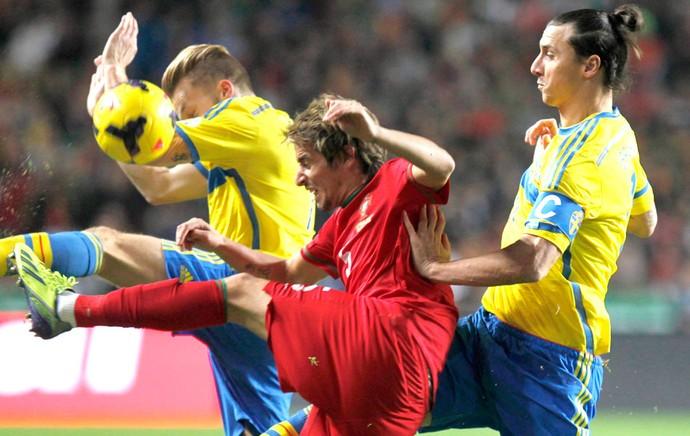 Ibrahimovic e Fabio Coentrão Portugal e Suécia (Foto: Agência AP )
