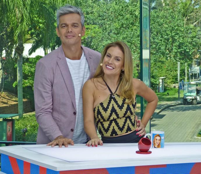 Otaviano Costa e Maíra Charken posam no novo estúdio de vidro do 'Vídeo Show' (Foto: Brunella Menezes / Gshow)