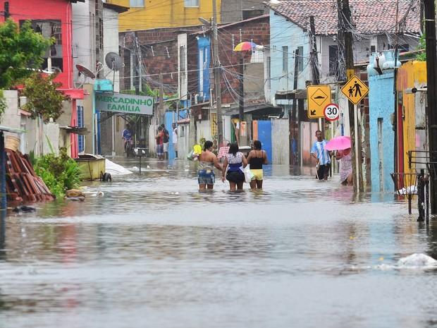 Transbordamento de canal causa alagamento no centro de Olinda, PE, neste sábado (4) (Foto: Ademar Filho/Futura Press/Estadão Conteúdo)