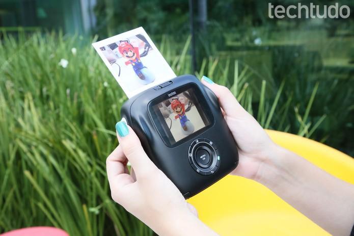 A Instax SQ10 pode ser boa opção de compra para quem gosta do formato de fotos instantâneas e também não abre mão do arquivo digital para compartilhar na web (Foto: João Gabriel Balbi/TechTudo)