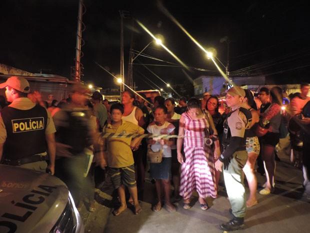 Após princípio de tumulto, PMs isolam entrada do Complexo e famílias têm que esperar mais de longe (Foto: Luna Markman / G1)