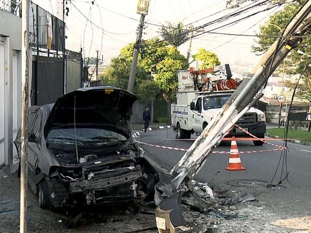 Veículo ficou completamente destruído após acidente (Foto: Reprodução/TV Globo)