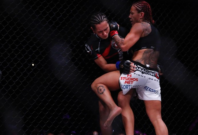 Cris Cyborg golpeia Faith van Duin no Invicta FC 13 (Foto: Evelyn Rodrigues)