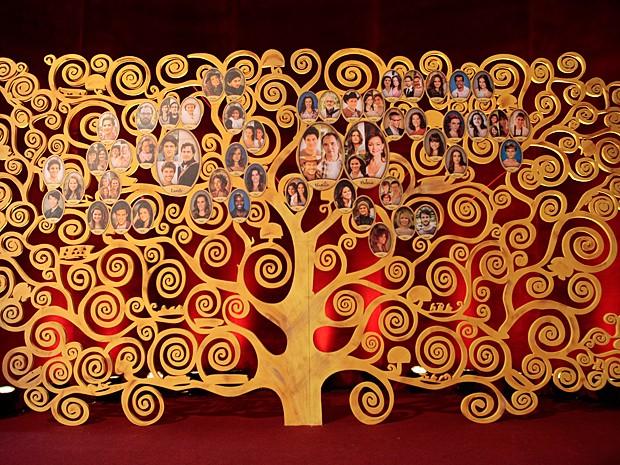 Árvore inspirada no artista Gustav Klimt ganha retoque com atores (Foto: Pedro Curi / TV Globo)