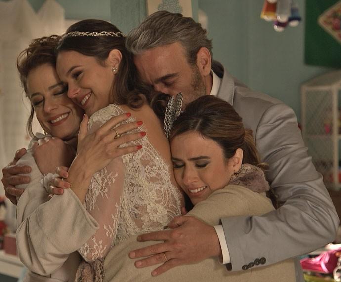 A família de Mari é a primeira a recebê-la e todos se abraçam, emocionados (Foto: TV Globo)