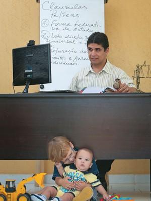 DE CASA  PARA O MUNDO Ronaldo Rocha em sua casa com os filhos.  Ele usa a ferramenta de videoconferência do Google+ para dar aulas de Direito. Tem alunos em Manaus, no Recife, Rio de Janeiro e até na Itália  (Foto: Igo Estrela/ÉPOCA)