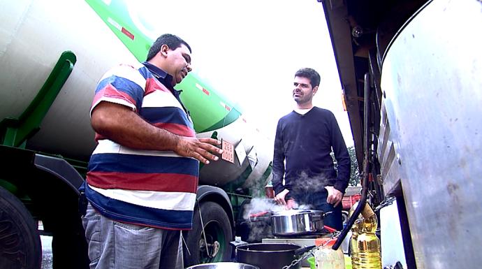 Camisão mostra para o repórter Daniel Perondi como cozinhar na estrada (Foto: reprodução EPTV)