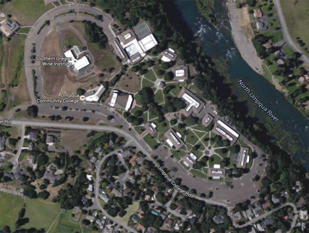Imagem do Google Earth mostra imagem de satélite do Umpqua Community College, onde ocorreu o tiroteio (Foto: Reprodução/Google)