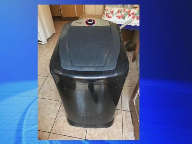 Criança foi encontrada morta no tanquinho de lavar roupas  (Foto: Reprodução / TV TEM)