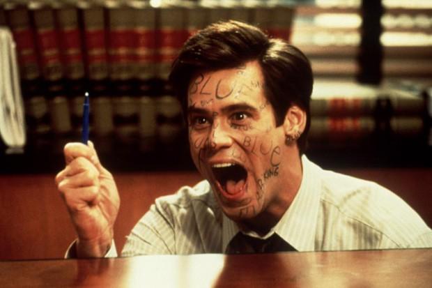 """Jim Carrey tentando falar que a caneta azul é vermelha no clássico """"O Mentiroso"""" (Foto: Reprodução)"""