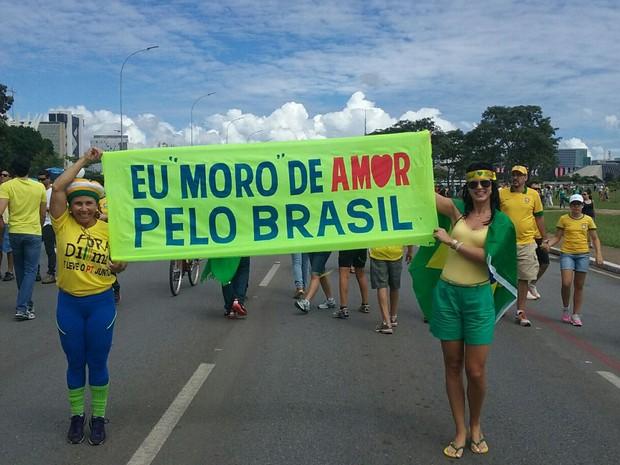 Manifestantes exibem faixa de apoio ao juiz federal Sérgio Moro no protesto de Brasília (Foto: Matheus Rodrigues / G1)