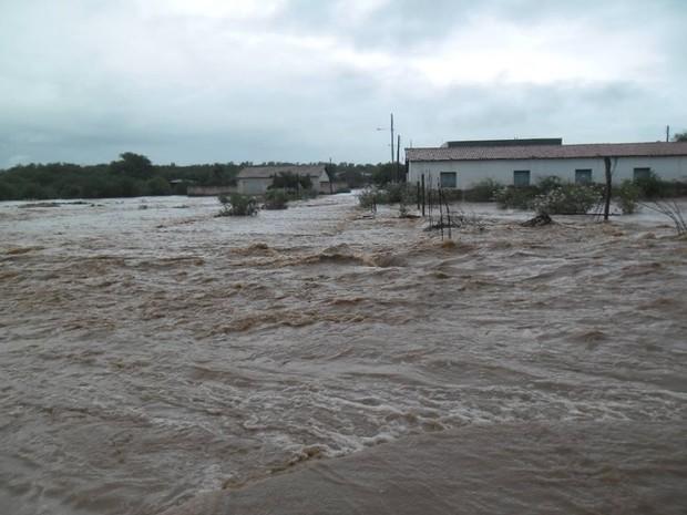 Cidade foi tomada pelas águas no domingo (24) após estouro de barragem (Foto: Glória Nunes/Arquivo Pessoal)