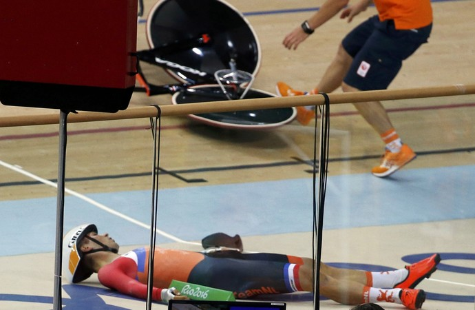 Joost van der Burg cai durante prova do ciclismo de velocidade no Rio (Foto: Reuters)