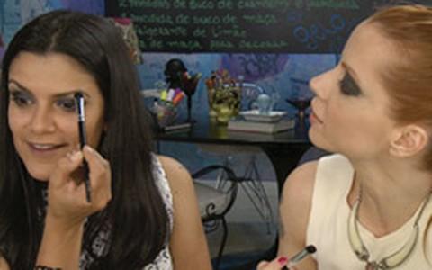 Marina Smith ensina a fazer olho esfumado com sombra roxa