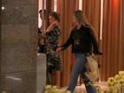 Grávida, Angélica passeia em com a irmã por shopping do Rio