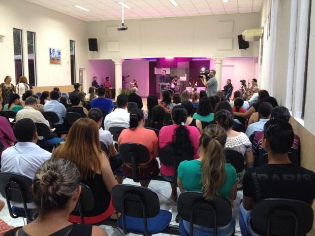 Amigos e parentes da família Santos se reuniram em um culto na Assembleia de Deus, em Foz do Iguaçu (Foto: Giovan Valiati/ RPC)