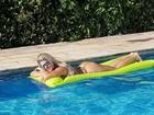 Kadu Moliterno tira foto da mulher se bronzeando em piscina: 'Dourando'