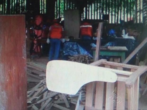 Corpo da índia foi achado debaixo das serragens de movelaria (Foto: TV Amazonas/Reprodução)