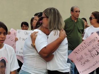 Rosângela Oliveira, mãe, e Andrea Nóbrega, irmã, se abraçam após se emocionarem ao falar de Fernanda (Foto: Débora Soares/G1)
