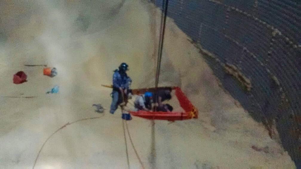 Bombeiros resgatam trabalhadores soterrados em silo de soja (Foto: Divulgação/Corpo de Bombeiros)