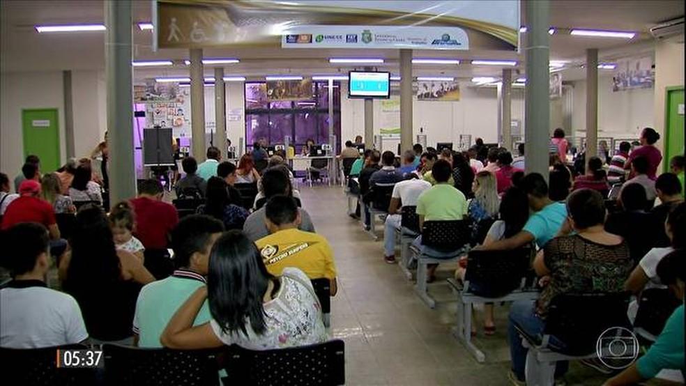 Candidatos em agência de emprego (Foto: Hora 1)