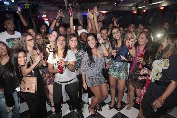 Amanda Djehdian ganha festa de fãs no Rio de Janeiro (Foto: Isac Luz/EGO)