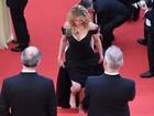Julia Roberts fica descalça no tapete vermelho no Festival de Cannes