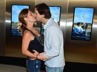 Adriana Esteves e Vladimir Brichta se beijam em pré-estreia