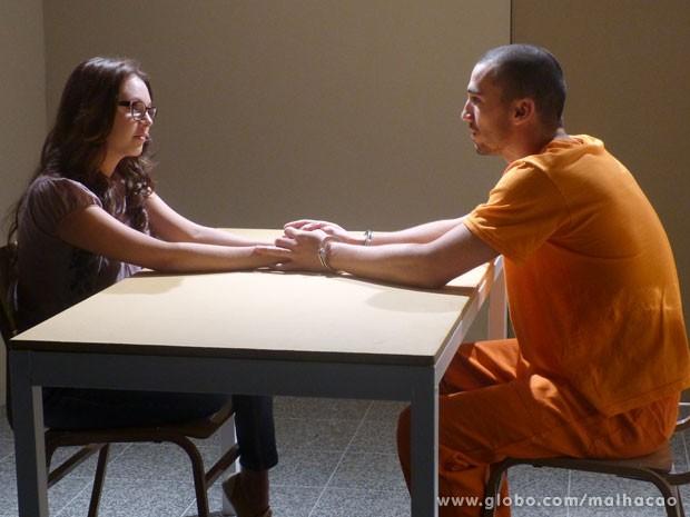 Com um segredo para contar, Luana visita Sal na cadeia (Foto: Malhação/ TV Globo)
