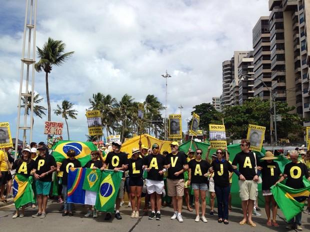 Grupo veste camisetas em apoio à Operação Lava Jato, em manifestação pelo impeachment neste domingo (31), no Recife (Foto: Bruno Marinho/G1)