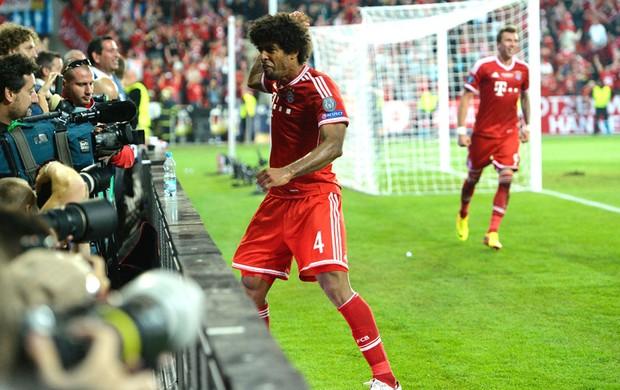 Dante comemora gol de empate do Bayern de munique contra o Chelsea (Foto: Agência AFP)