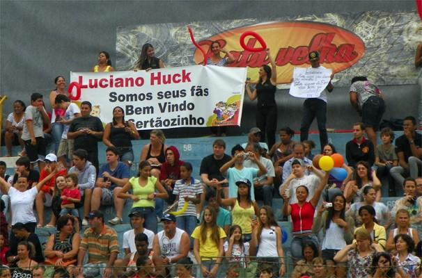 Vale tudo para chamar a atenção do apresentador Luciano Huck (Foto: Daniela Rezende/EPTV)